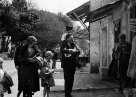 <i>Family Visit. International Colonial Exhibition in Paris </i>[France], photograph, 1931. © Groupe de recherche Achac / DR